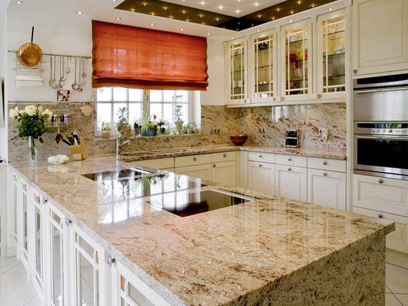 белая кухня с мраморной столешницей в интерьере