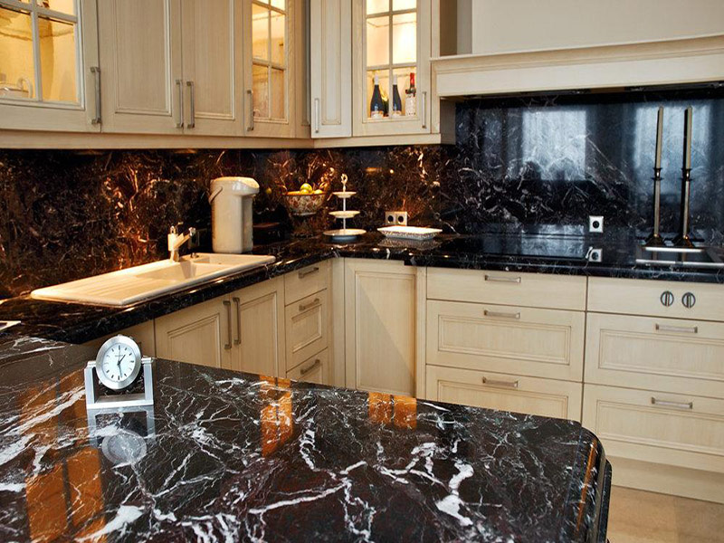 белая кухня с мраморным фартуком фото