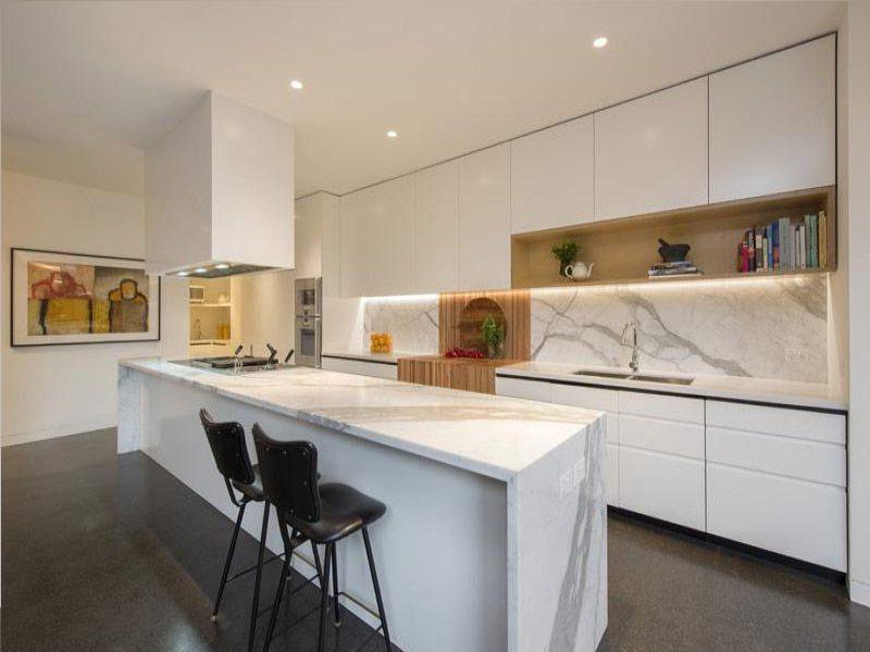 белая кухня с мраморным фартуком Киев