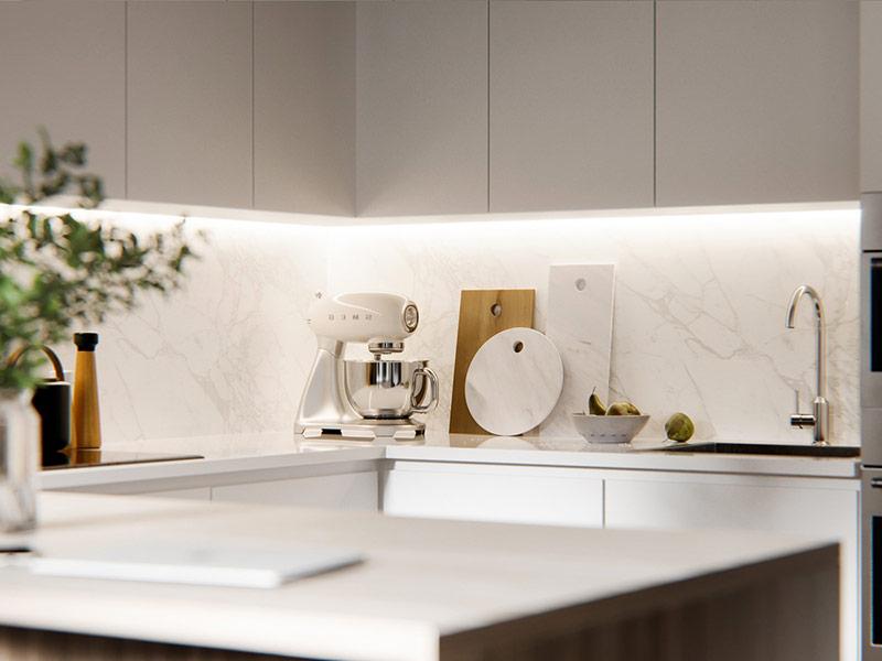 белая кухня с мраморным фартуком в интерьере