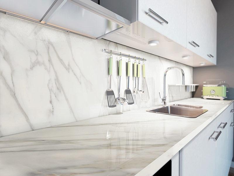 белая кухня с мраморным фартуком