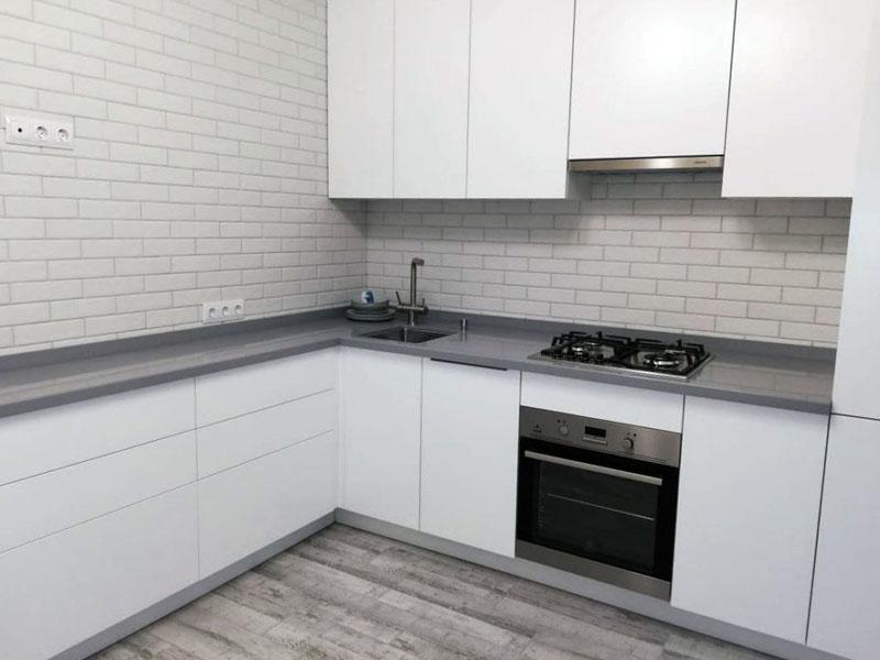 Белая кухня с серой столешницей на заказ