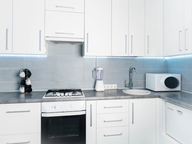 Белая кухня с серой столешницей