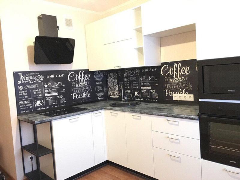белая кухня с темным фартуком
