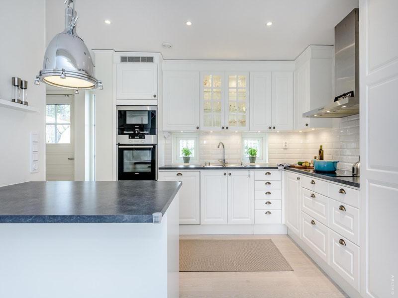 Белая кухня серая столешница