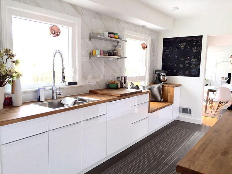 белая кухня со столешницей под мрамор