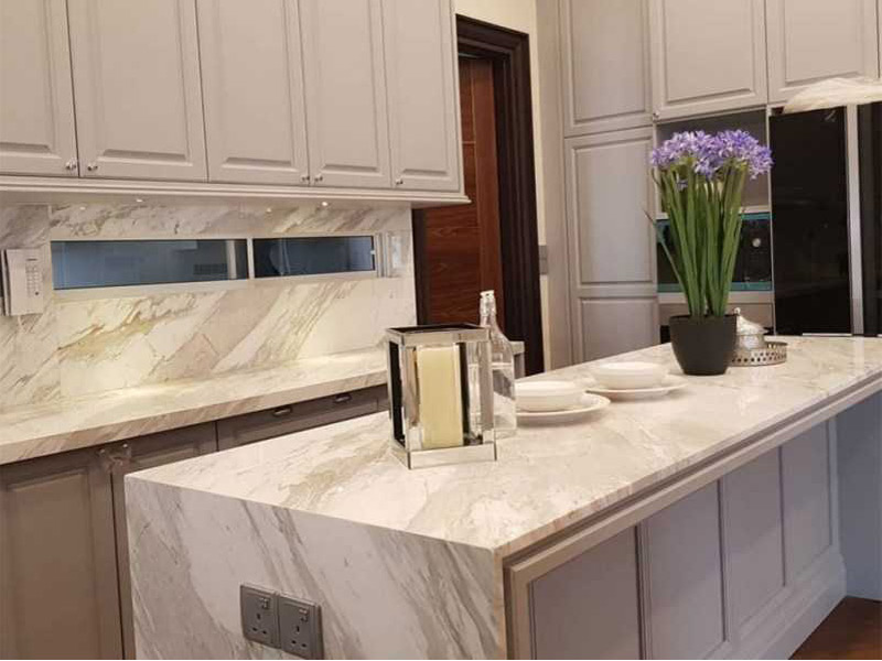 белая кухня столешница под мрамор