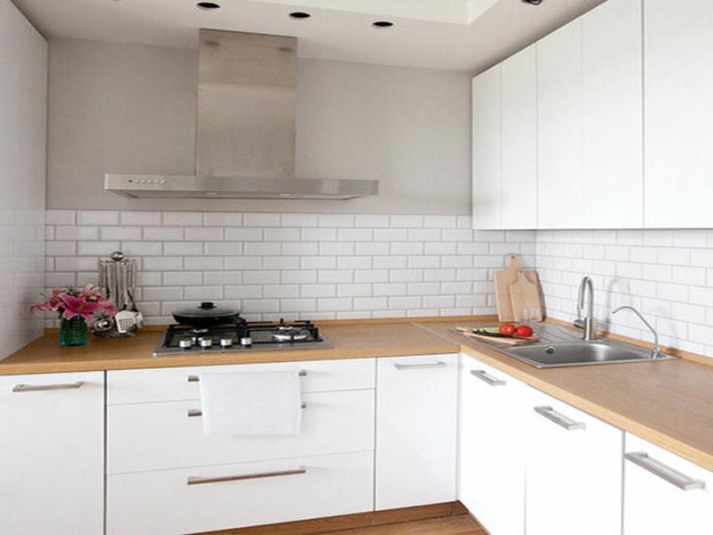 белая матовая кухня с ручками