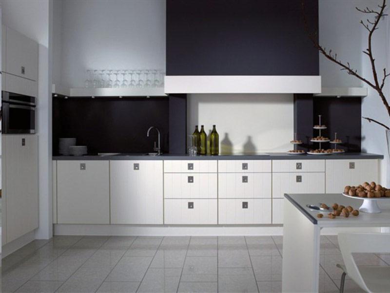 белые кухни с черными ручками