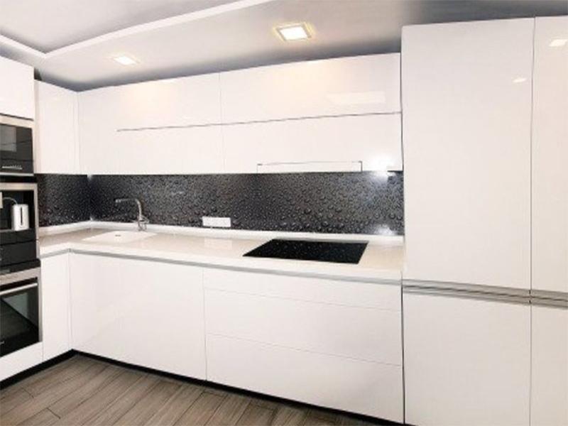 белый кухонный гарнитур и белая столешница