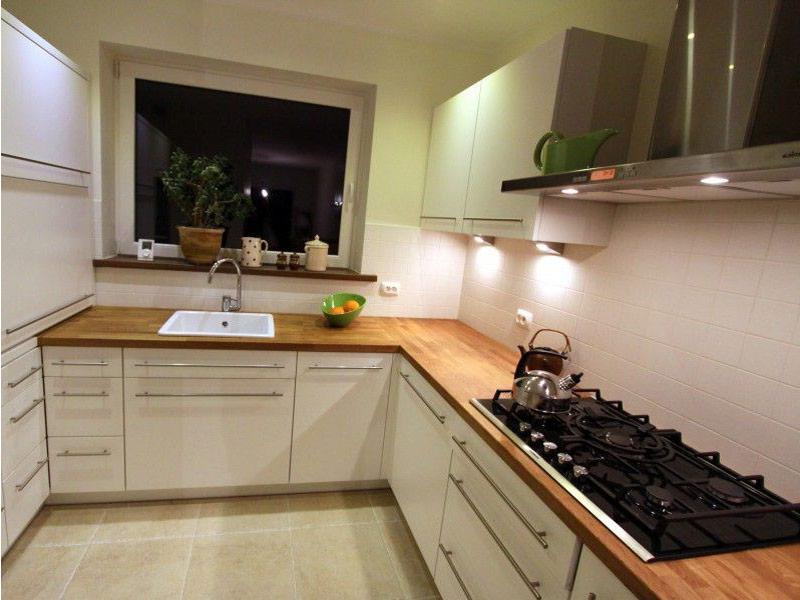 белая угловая кухня с деревянной столешницей на заказ
