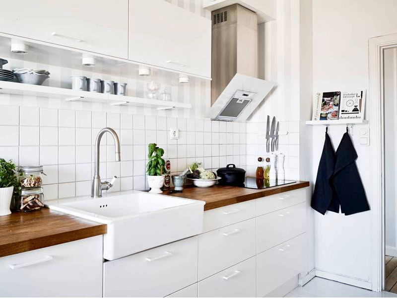 белый кухонный гарнитур с деревянной столешницей