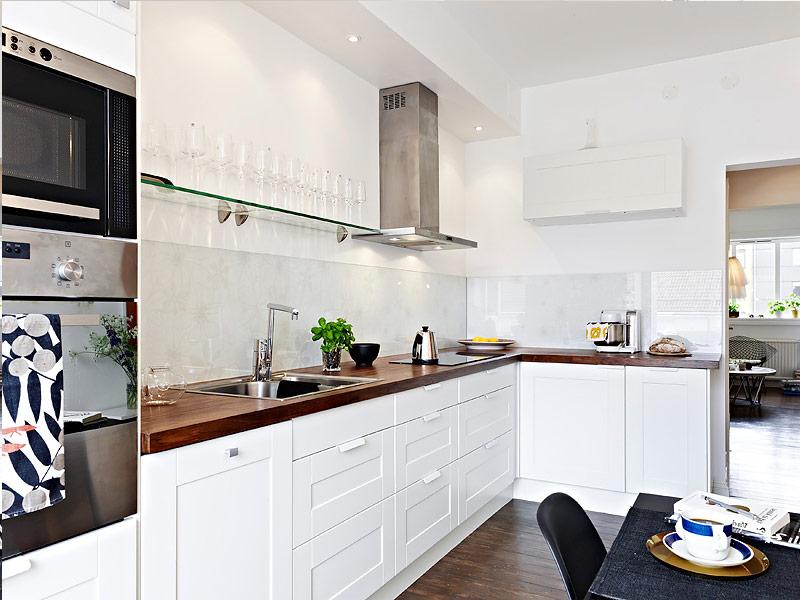 белый кухонный гарнитур с коричневой столешницей
