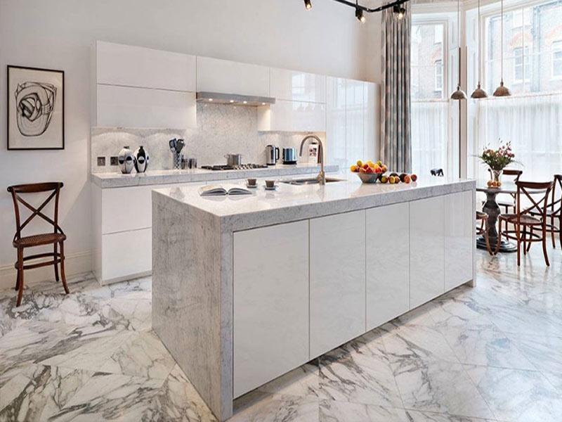белый мрамор столешница на кухне без ручек