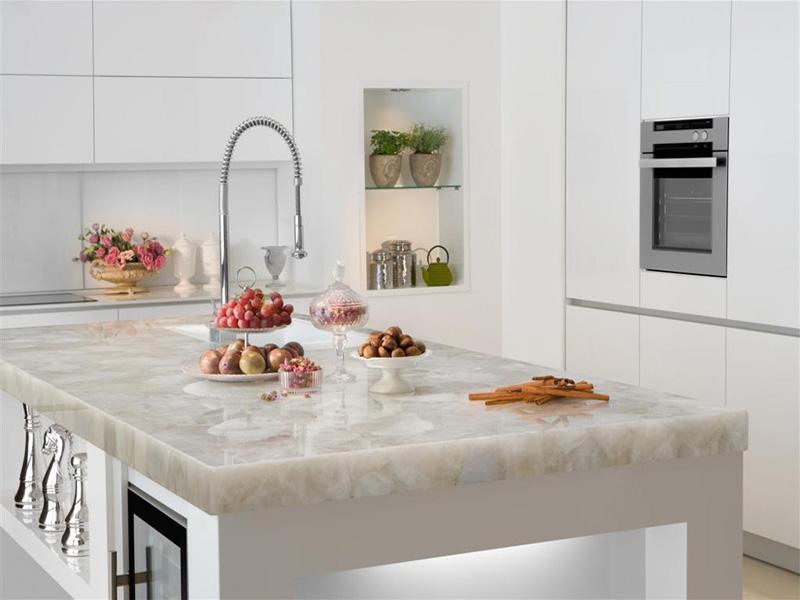 белый мрамор столешница на кухне фото