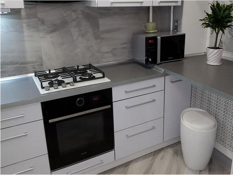 Белый кухонный гарнитур с серой столешницей