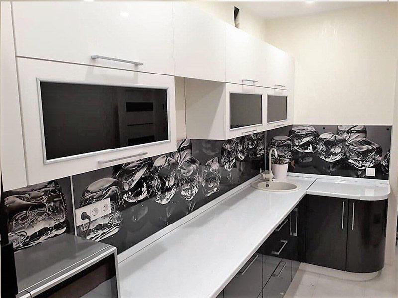 черный фартук для кухни белого цвета