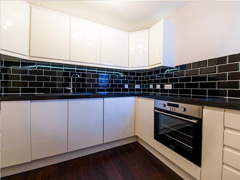 черный фартук под белую кухню