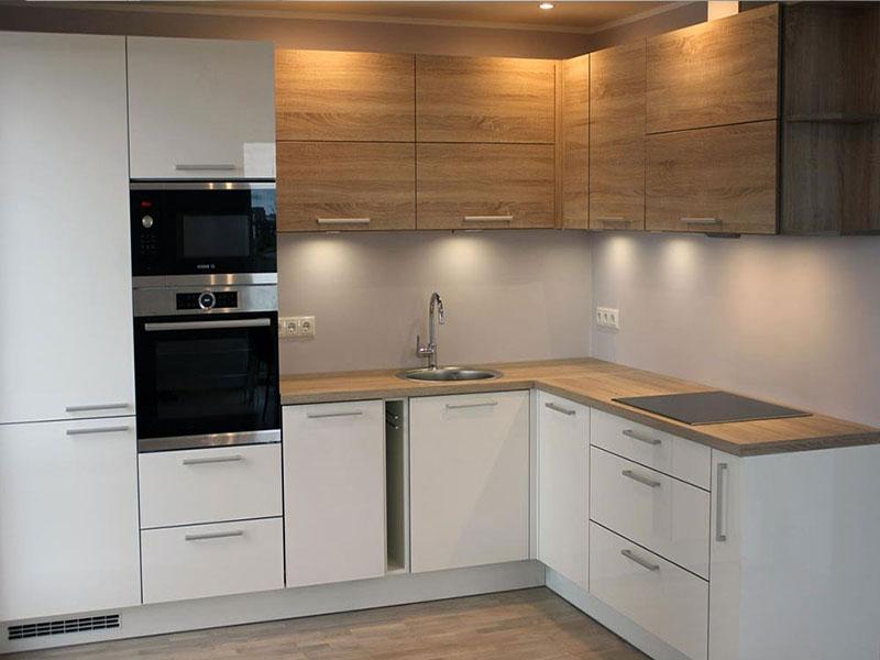 деревянная кухня в белых тонах
