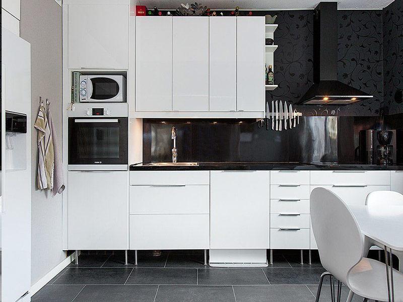 дизайн белая кухня черный фартук