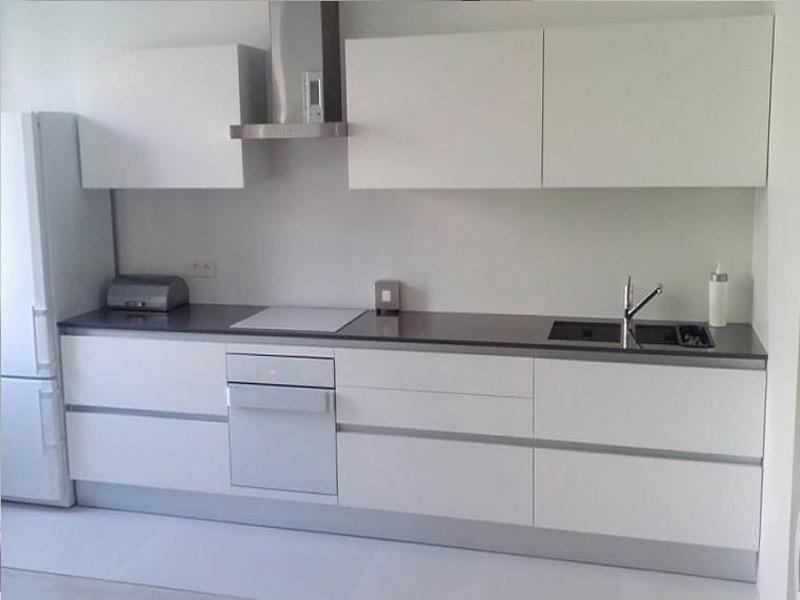 белая матовая кухня без ручек