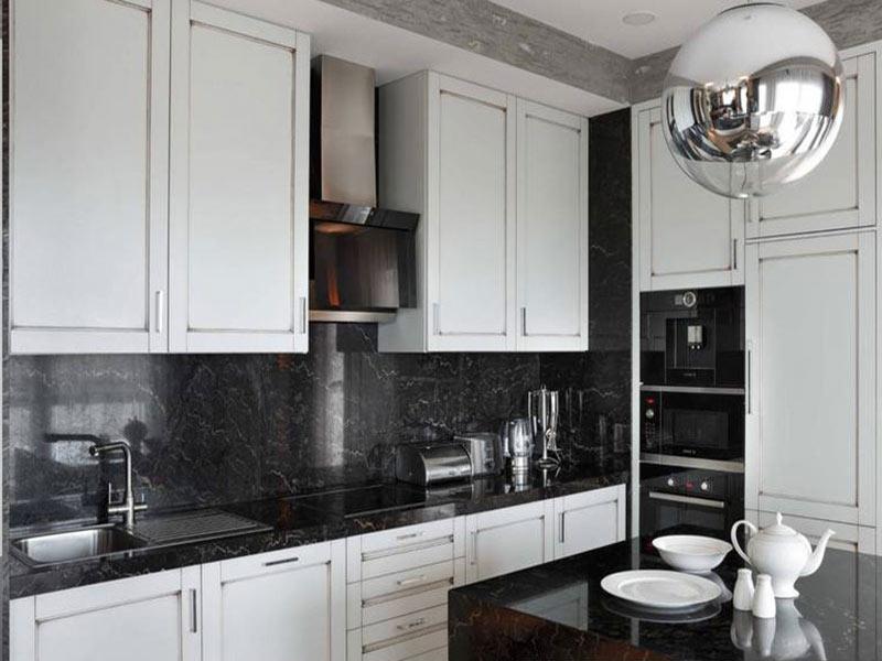 дизайн белой кухни с черным фартуком