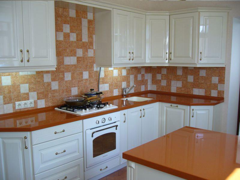 дизайн белой кухни с коричневой столешницей