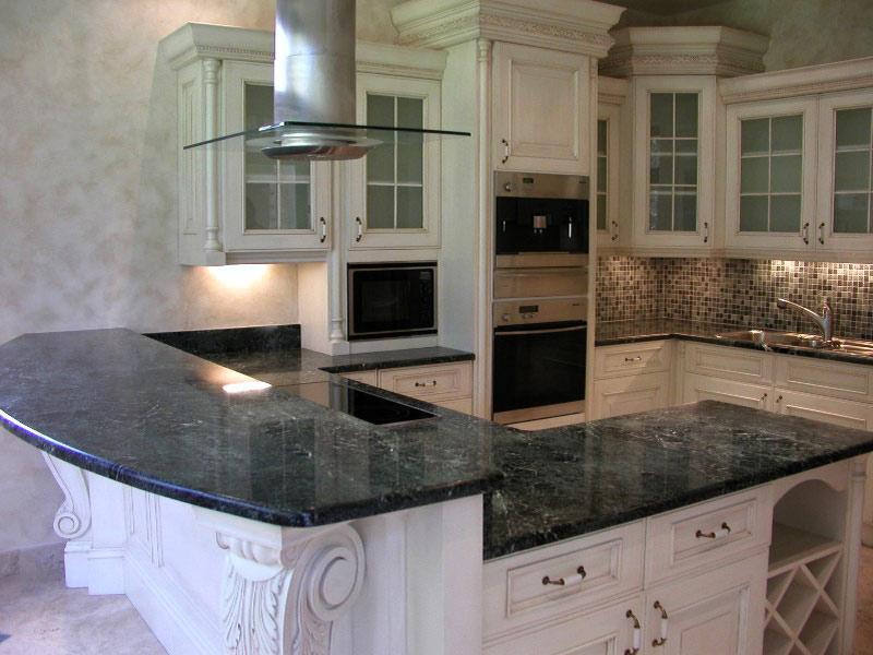 дизайн белой кухни с мраморной столешницей