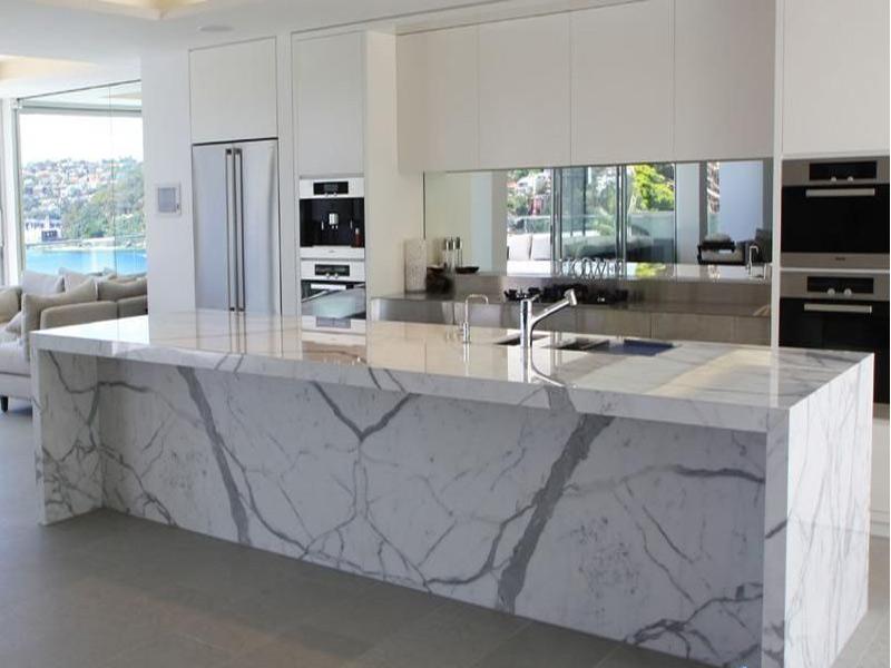 дизайн кухни с белой столешницей под мрамор