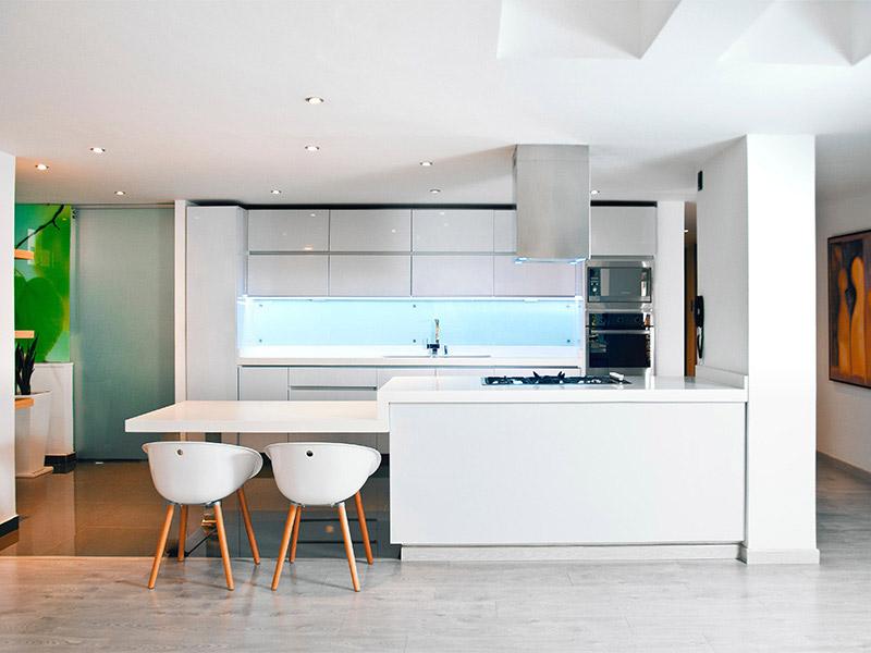 дизайн белой кухни с белой столешницей