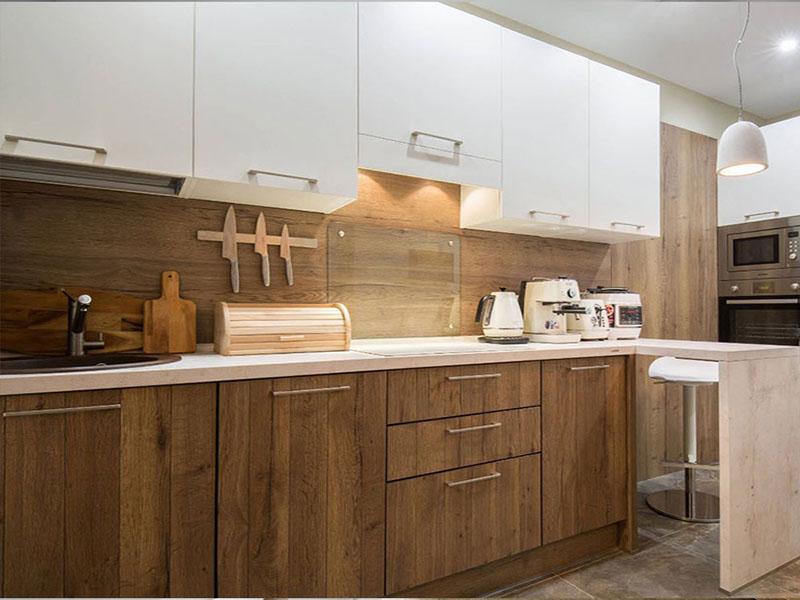 Дизайн кухни с дерева в белом цвете