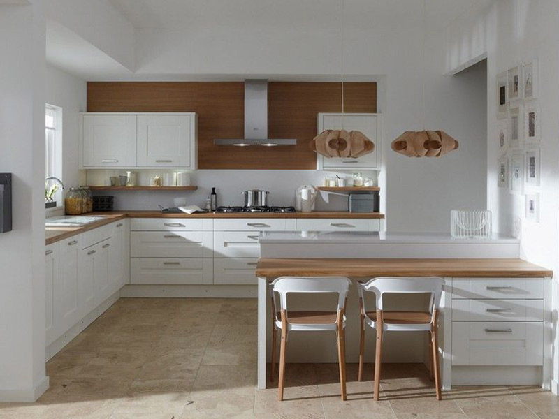 фото белой кухни с деревянной столешницей