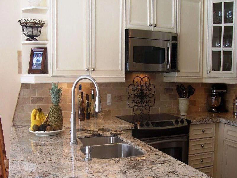 фото белой кухни с столешницей под мрамор