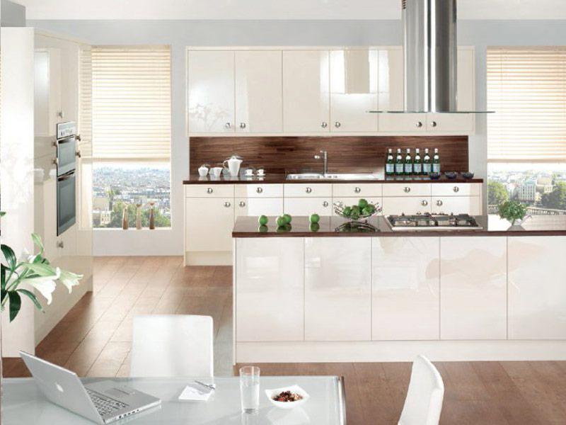 коричневая столешница на белой кухне с ручками