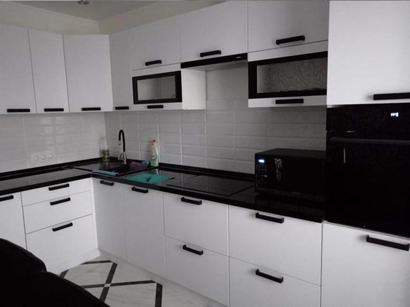 кухня белая с черными ручками