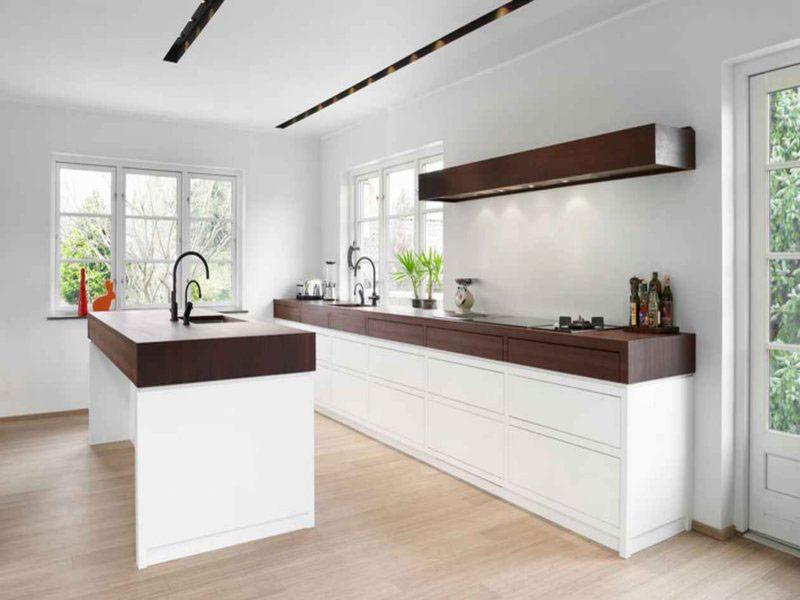 кухня белая с коричневой столешницей