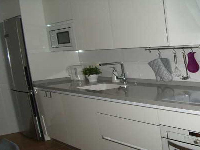 Кухня белая с серой столешницей