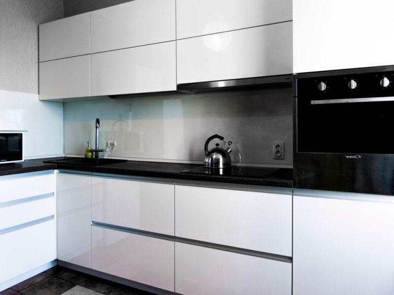 кухня белого цвета без ручек
