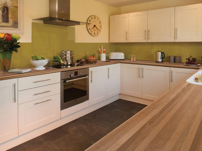 кухня белого цвета с коричневой столешницей