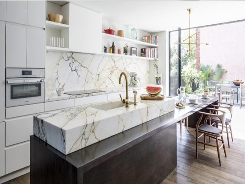кухня белого цвета с мраморным фартуком