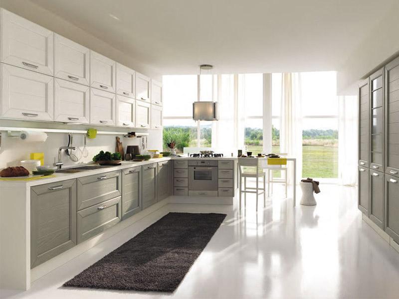 кухня с серо белим гарнитуром