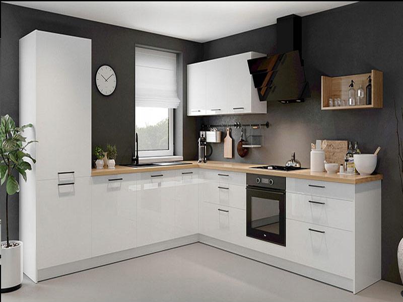кухня в белой гамме с черными ручками