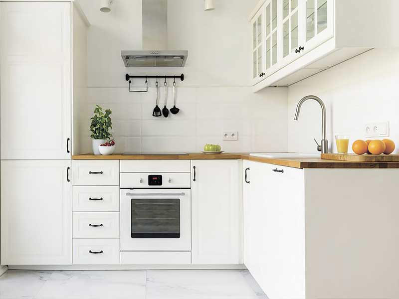 кухня в белом цвете с черными ручками