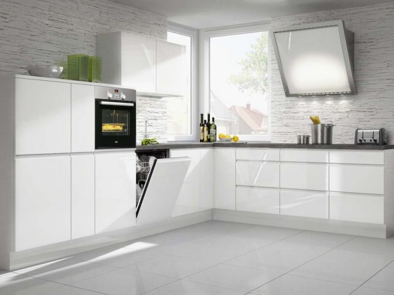 кухня в белых тонах без ручек