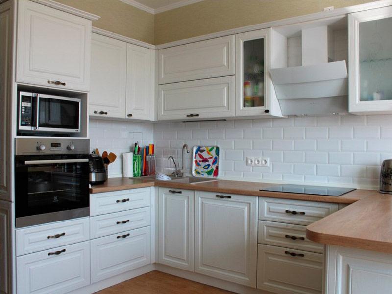 кухня в белых тонах с черными ручками