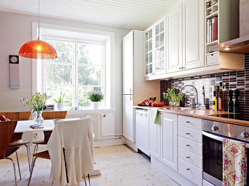 кухня в белых тонах с коричневой столешницей