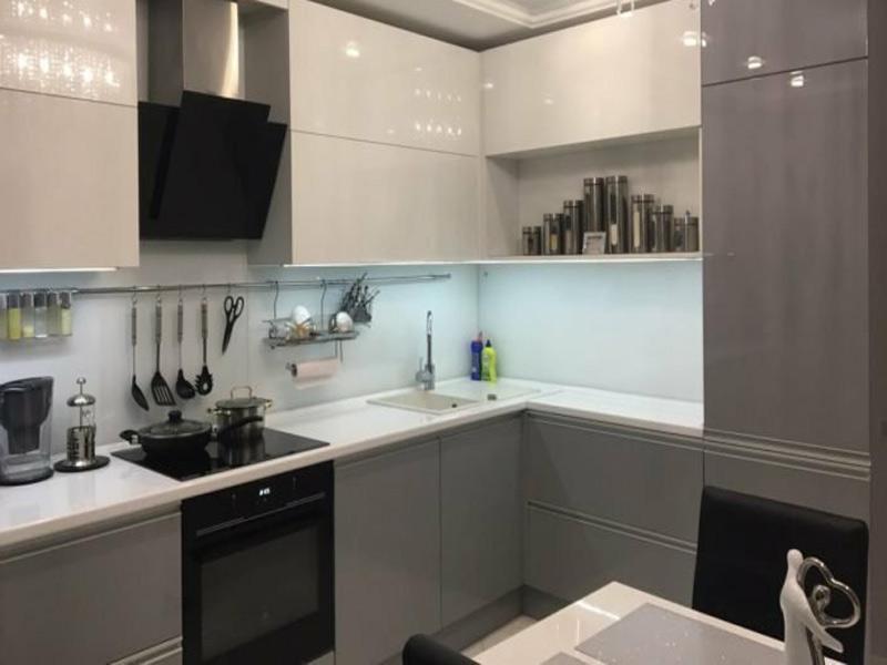 кухня в серо бело стиле