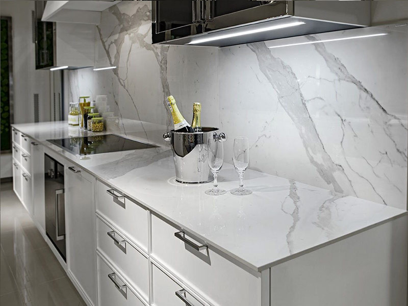 мраморный фартук на белой кухне