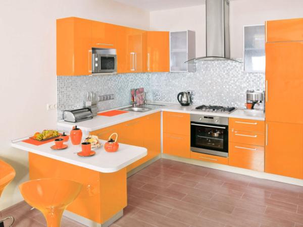 Оранжевая кухня белая столешница
