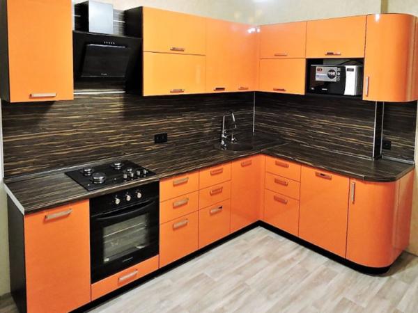 Оранжевая кухня с черным фартуком